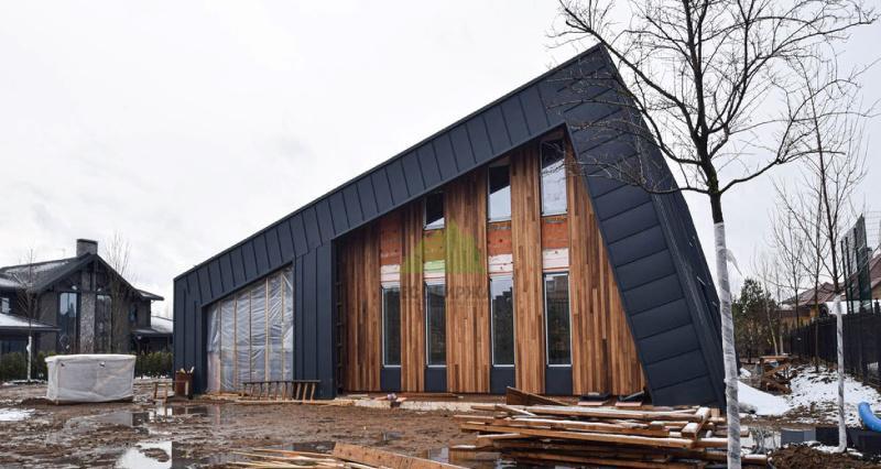 Фиброцементные панели и деревянный планкен на фасаде
